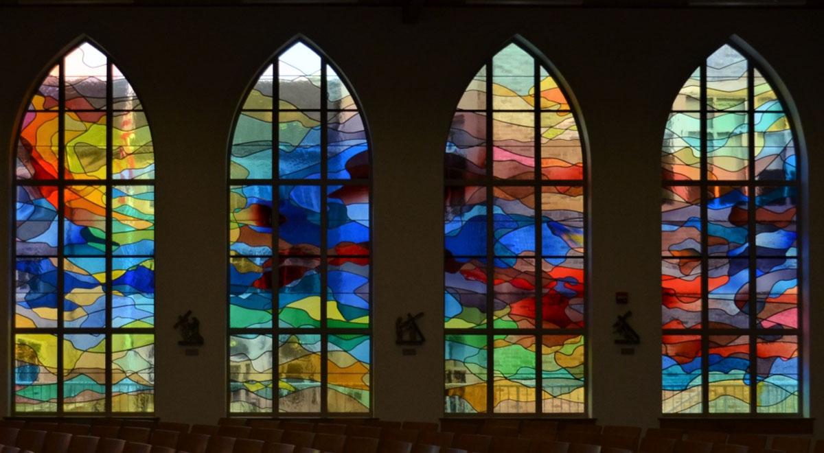 دیوار و پنجره شیشه ایی رنگی آماتیس استدیو